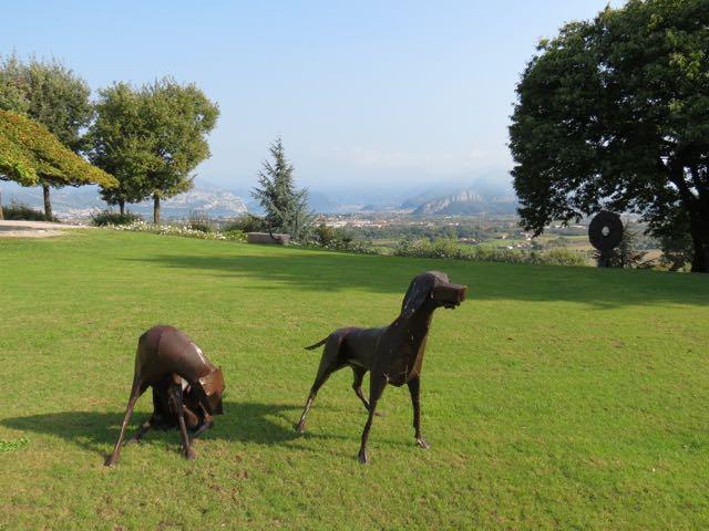Mais esculturas no jardim
