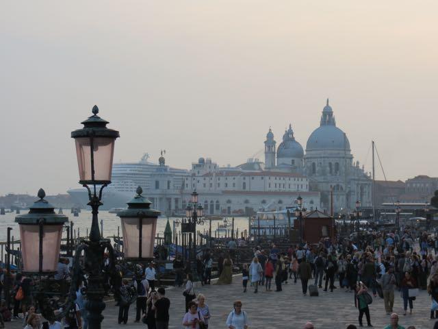 Inferno: a multidão e o cruzeiro desproporcionalmente gigante que avança sobre a cidade