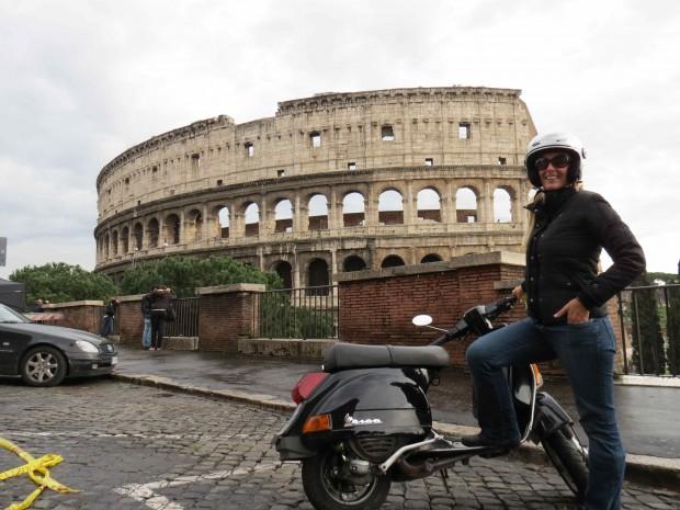 Adriana Setti posa ao lado de Vespa em frente ao Coliseu em Roma