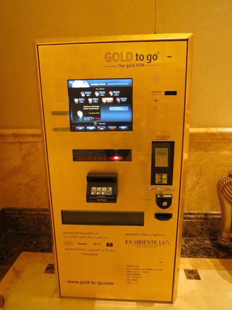Caixa eletrônico que solta barras de ouro (!!!) no saguão do Emirates Palace, em Abu Dhabi