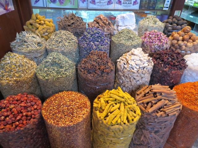 Especiarias no souk do centro antigo de Dubai
