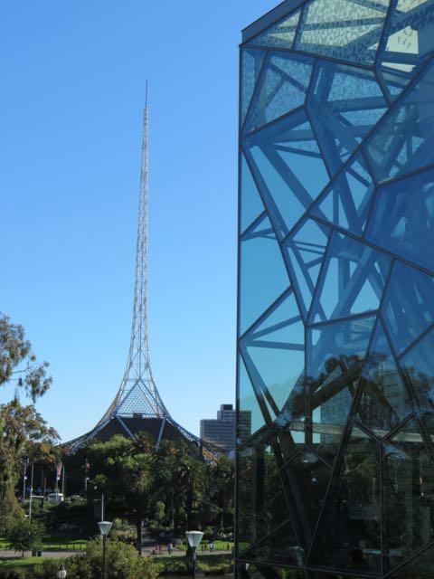 Detalhes da arquitwtura high-tech de Melbourne em contraste com...