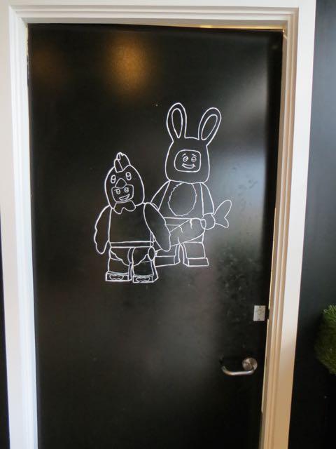"""Dezenho peculiar na porta do banheiro (acho que quer dizer """"unisex"""")"""
