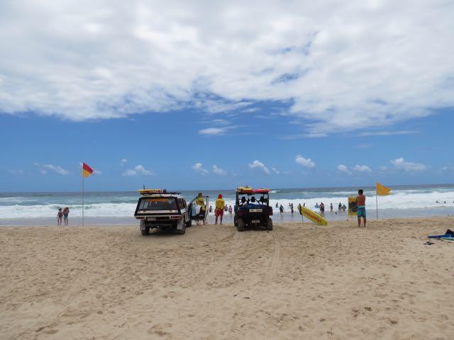 Sunshine Beach, o bicho pegando no mar e o arsenal de salvamento básico, típico de grande parte das praias australianas