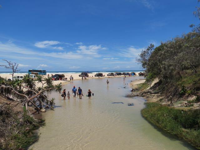 O ponto onde o riozinho encontra a praia (vamos abstrair a muvuca)