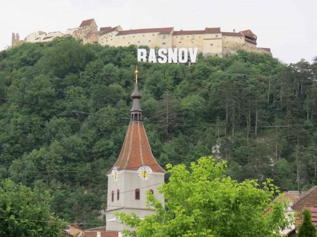 """O letreiro estilo """"Hollywood"""" também na cidade vizinha de Rasov."""