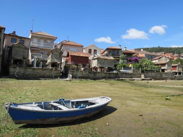 Combarro debruçada sobre a Ria de Pontevedra na maré seca