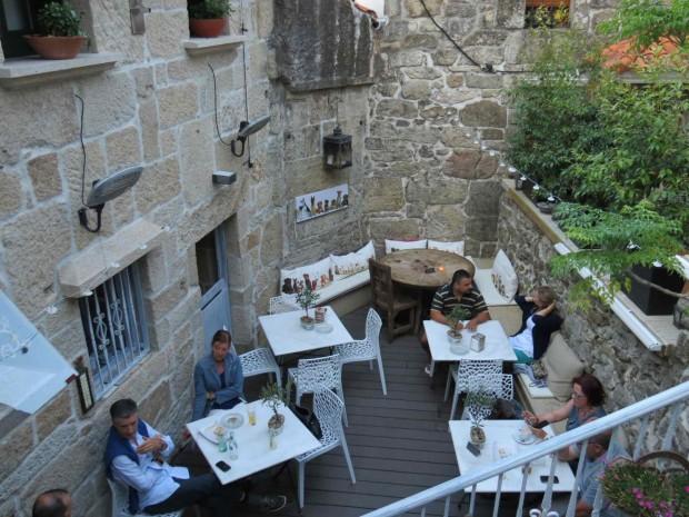 Restaurante escondidinho entre paredes medievais