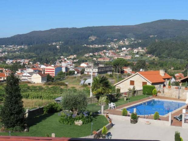 O terreno do hotel, com uma bela piscina e rodeado de parreiras e milharais