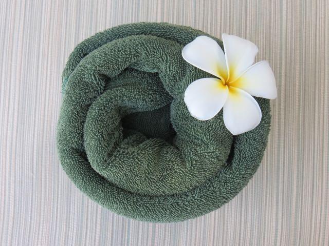 Delicadeza fijiana: florzinha nas toalhas nas espreguiçadeiras ao redor da piscina