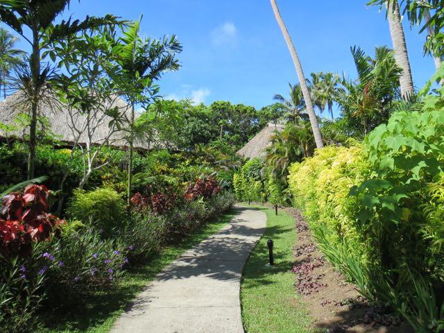 O caminho que leva aos bures passando pelo jardim irretocável