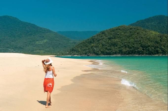 Mulher de férias em praia