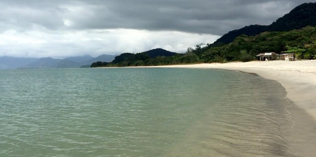 Mesmo com o céu bem nublado, a água é verdinha. Imagina com sol!!! (Foto: Família Nômade)