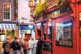 Rua de pubs em Dublin, na Irlanda