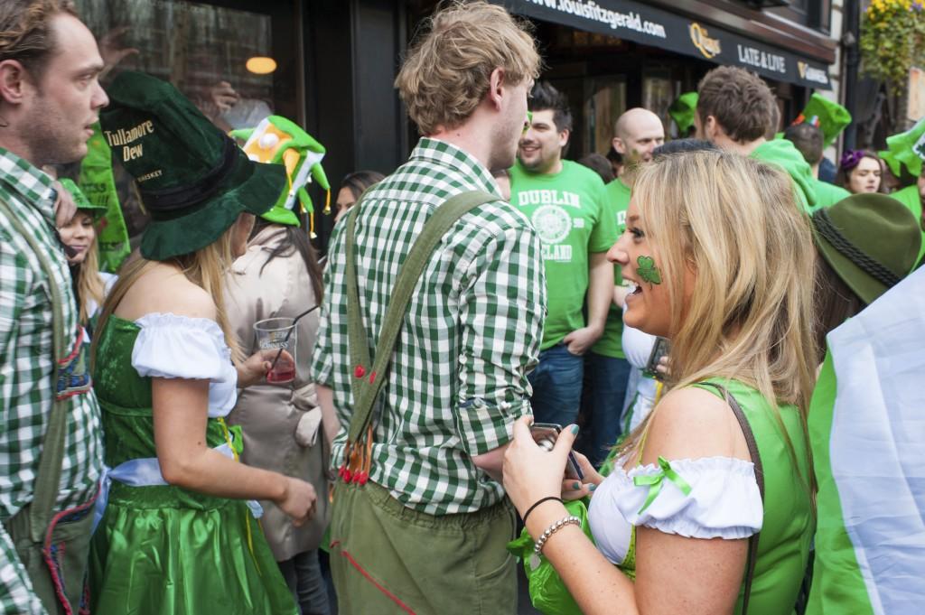 Irlandeses vestidos de verde e com trevos pintados no rosto (foto: iStock)