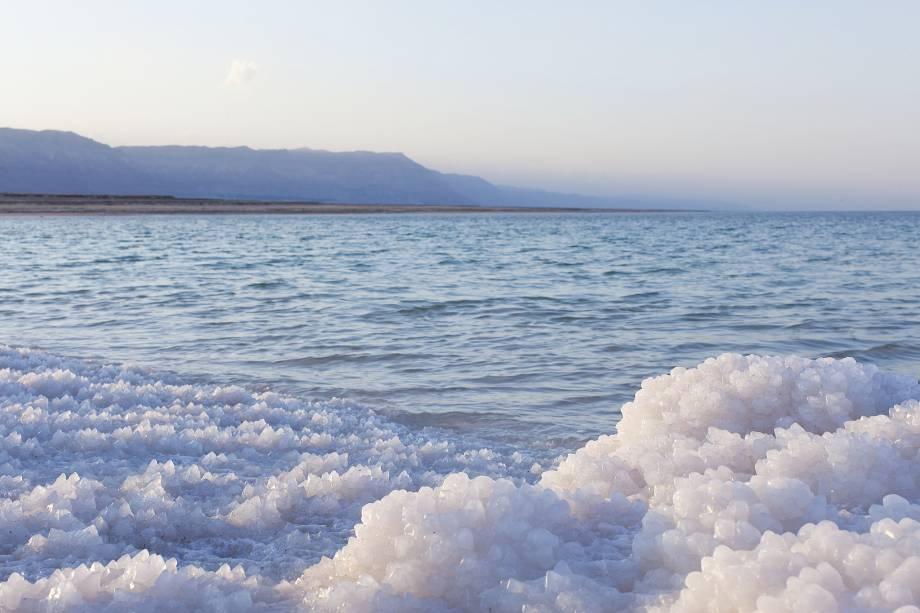 Em alguns pontos, o sal acumulado no Mar Morto assemelha-se a uma paisagem coberta de neve