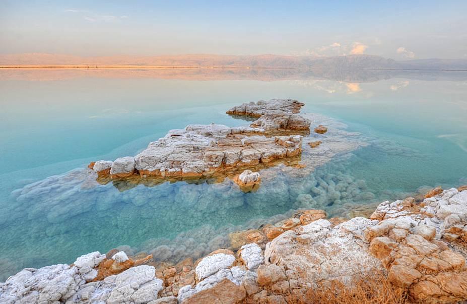 Apesar da aparência de lagoa, o Mar Morto tem medidas continentais: são 60 quilômetros de comprimento, por 15 quilômetros de largura e 306 metros de profundida, em seu ponto mais fundo