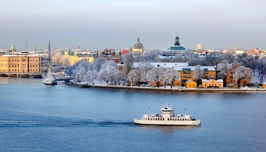 """<strong><a href=""""http://viajeaqui.abril.com.br/cidades/suecia-estocolmo"""" rel=""""Estocolmo"""" target=""""_blank"""">Estocolmo</a>, <a href=""""http://viajeaqui.abril.com.br/paises/suecia"""" rel=""""Suécia"""" target=""""_blank"""">Suécia</a></strong>                    Como é digno de uma cidade escandinava, Estocolmo recebe neve em abundância. O lugar também é cercado de água (do Mar Báltico, de rios e lagos), o que gera várias paisagens congeladas impressionantes. E é durante os meses mais frios que a vida cultural do país enriquece, uma vez que as pessoas costumam passar mais tempo dentro de lugares fechados. É a melhor época do ano para visitar museus, teatros e frequentar cafés e pubs"""