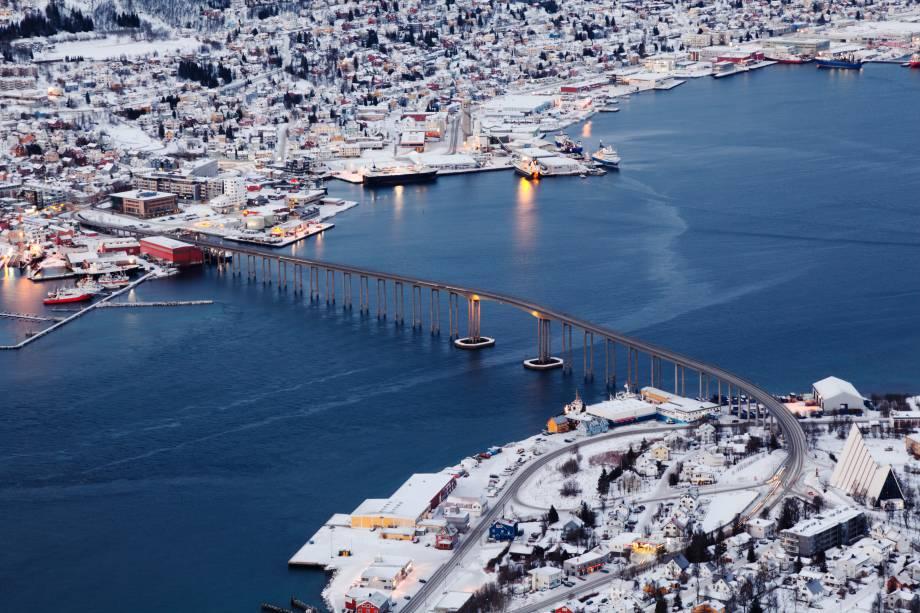 """<strong>Tromsø, <a href=""""http://viajeaqui.abril.com.br/paises/noruega"""" target=""""_blank"""" rel=""""noopener"""">Noruega</a> </strong><a href=""""http://viajeaqui.abril.com.br/cidades/franca-paris"""" target=""""_blank"""" rel=""""noopener"""">Paris</a> do Norte ou Capital do Ártico são as alcunhas desta cidade. Por aí já dá para imaginar as maravilhas que a região guarda. As mais impressionantes delas são as auroras boreais. O fenômeno pode ser visto de vários lugares do mundo, porém, de forma incerta. É difícil prever quando e onde elas devem aparecer. Tromsø, sendo pertinho Circulo Polar Ártico, é um dos locais mais certeiros para se encantar com as luzes do norte. Além disso, passeios de cruzeiro são uma das atividades mais recomendadas durante a temporada"""
