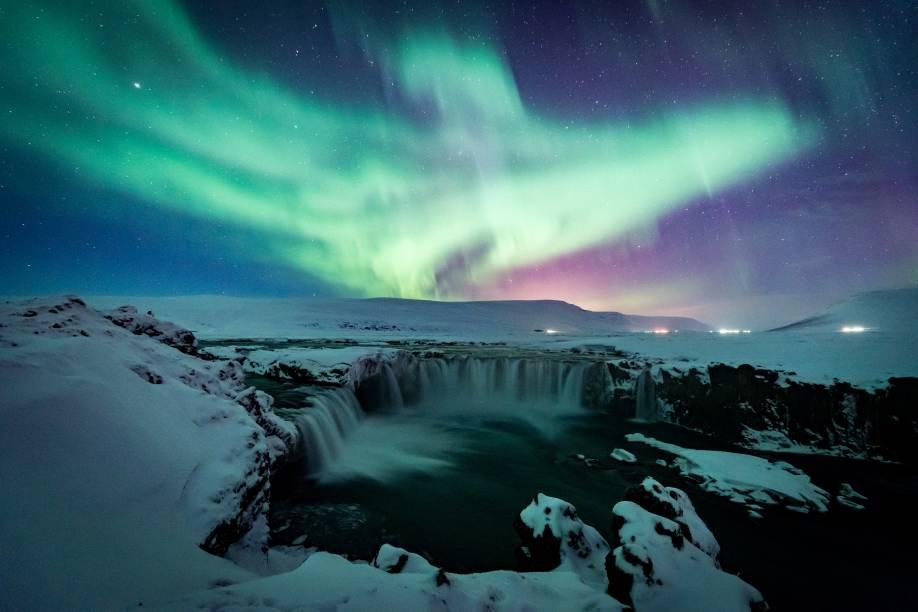 """<strong>Goðafoss, <a href=""""http://viajeaqui.abril.com.br/paises/islandia"""" target=""""_blank"""" rel=""""noopener"""">Islândia</a></strong> A Islândia guarda milhares de quedas d'água. Uma das mais famosas é a Goðafoss, conhecida como Cachoeira dos Deuses. Durante o inverno, sua paisagem impressiona pela inospitalidade de seu entorno, que compreende grandes blocos de gelo - anteriormente água corrente – e uma camada de neve funda e pesada"""