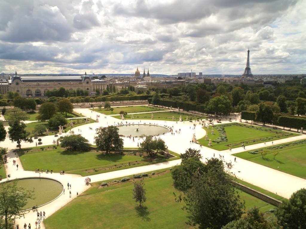 Vista aérea dos Jardim das Tulherias, com a Torre Eiffel e o Museu do Louvre ao fundo
