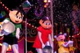 A plateia recebe uma chuva de papel dos personagens mais queridos do Brasil no espetáculo Turma da Mônica no Mundo do Circo