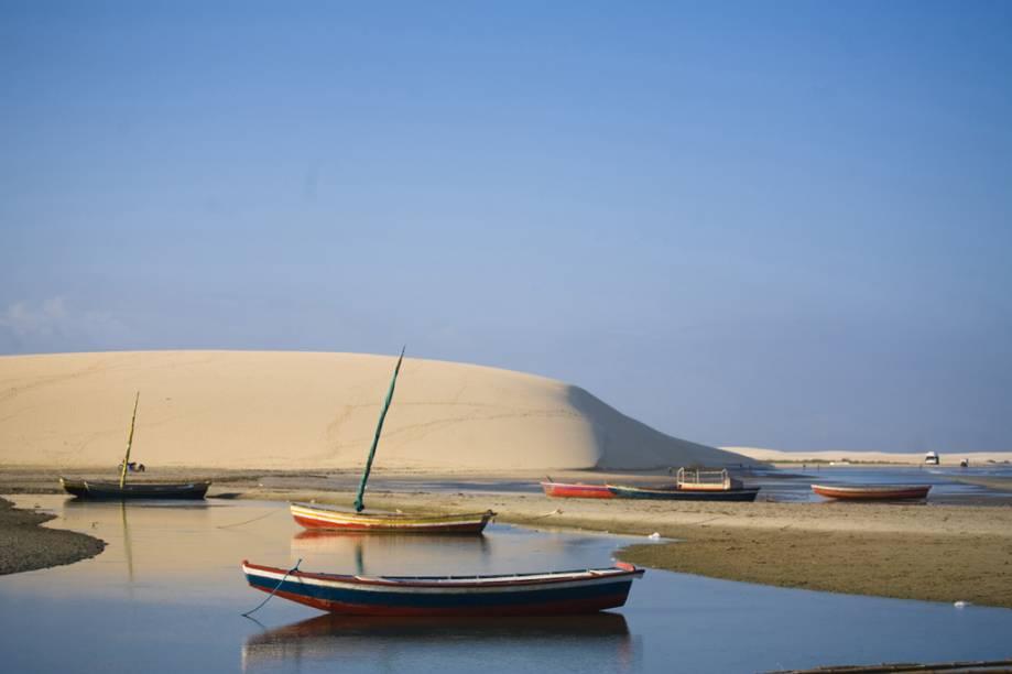 Entre as muitas dunas da Praia de Jericoacoara (CE), a Duna do Pôr do Sol recebeu este nome pois atrai muitos turistas, por volta das 17h, para assistir ao sol se despedir da vila