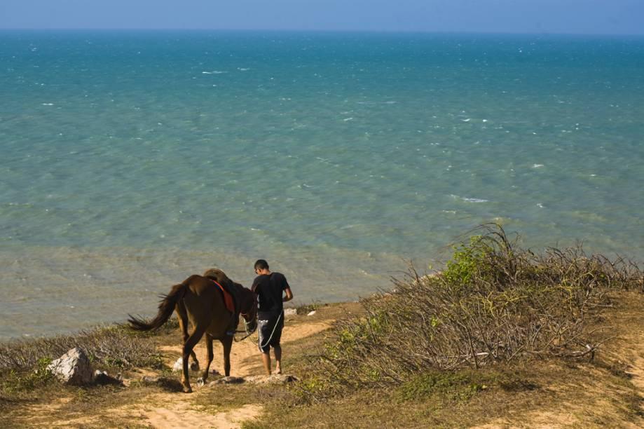 Turista no Morro do Serrote a caminho da Pedra Furada, região de formações rochosas de Jericoacoara (CE)
