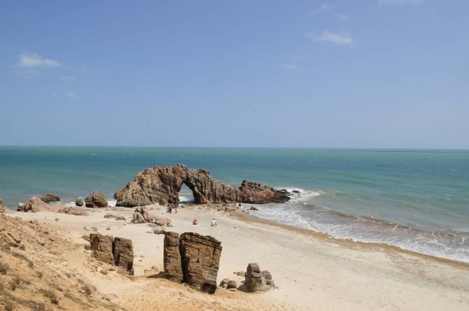 Esculpida pelo mar, a Pedra Furada é o símbolo de Jeriacoacoara (CE)
