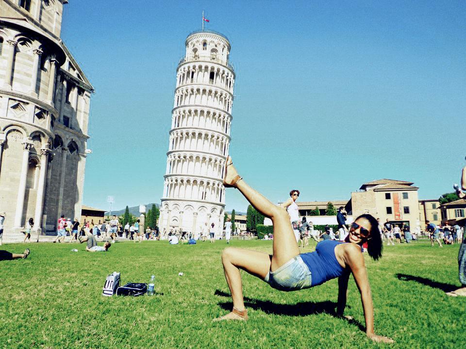 BEM NA FOTO: Jessyca Carneiro na Torre de Pisa, Itália