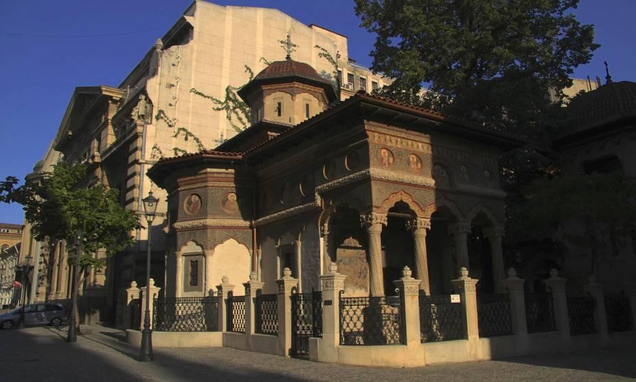 Muita história marca os pontos turísticos de Bucareste, na Romênia; na foto, a pequenina igreja Stavropoleos. Construída em 1724, é uma representante da mistura das arquiteturas bizantina e romena, e é rodeada por um gracioso jardim