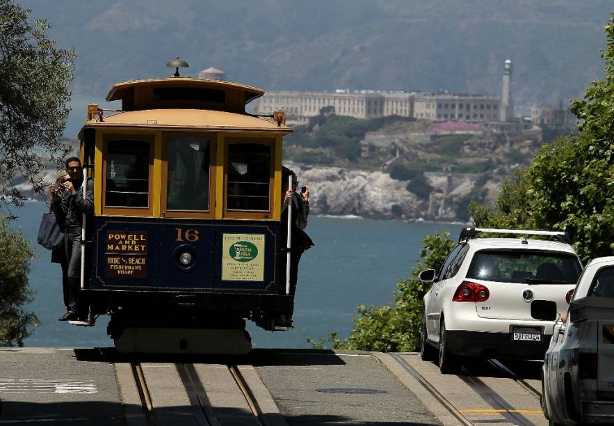 Bondinho funicular de San Francisco, com a ilha de Alcatraz ao fundo