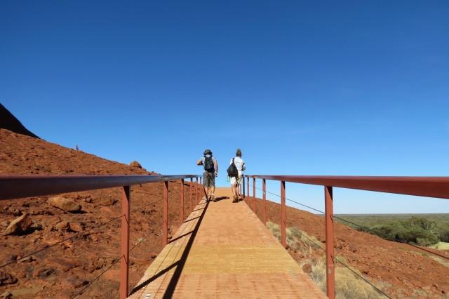 A caminhada até tem alguma inclinação, mas está longe de ser difícil. Alguns trechos têm até passarela de madeira