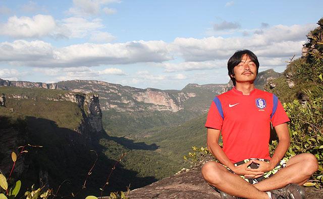 Kim medita no alto da Chapada Diamantina (foto: arquivo pessoal/Jeong Hwan Kim/Facebook)