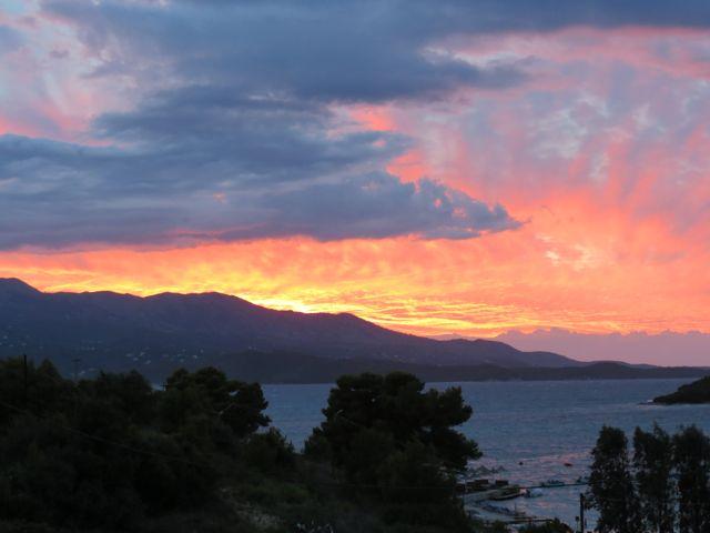 Outro tom de fim de tarde, com vista para a ilha grega de Corfu