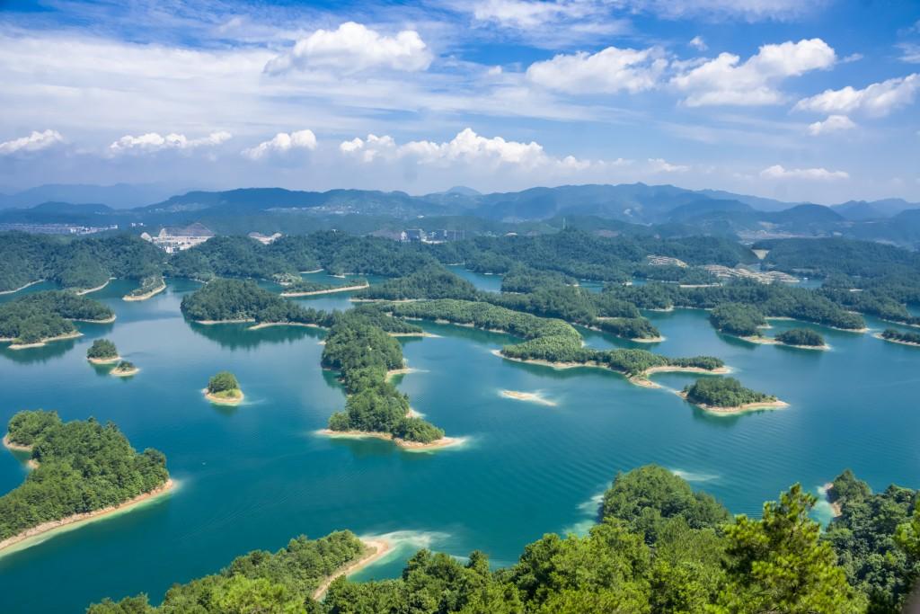 """O Lago Qiandao também é chamado de """"lago das mil ilhas"""" e fica na província de Zhejiang (foto: iStock/caojianxiong)"""