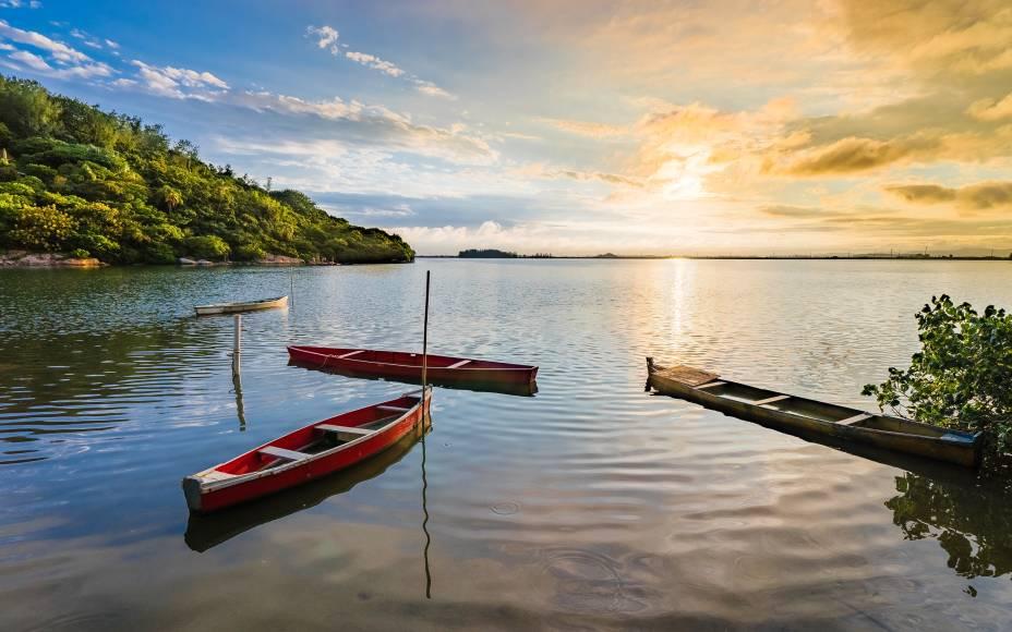 """Por do sol na Lagoa do Imaruí, na divisa dos municípios de <a href=""""http://viajeaqui.abril.com.br/cidades/br-sc-laguna/"""" rel=""""Laguna"""" target=""""_blank"""">Laguna</a>,Imaruí e Pescaria Brava"""