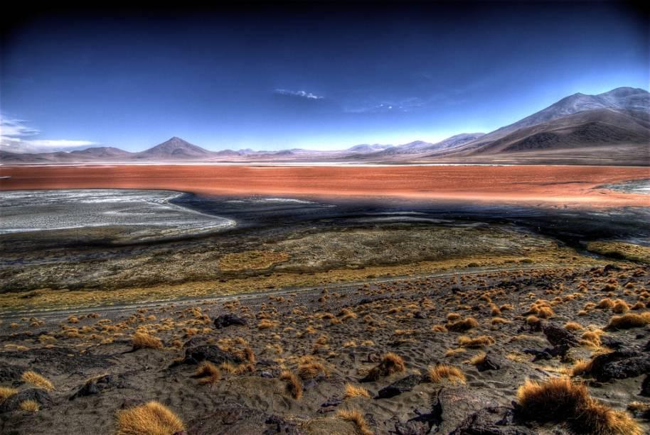 A Laguna Colorada, no altiplano boliviano, é uma das grandes atrações entre a região de San Pedro de Atacama e o Salar de Uyuni