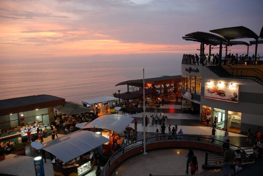 Larcomar é um centro comercial no distrito de Miraflores, um dos lugares mais badalados de Lima. Por aqui, circulam diversos turistas