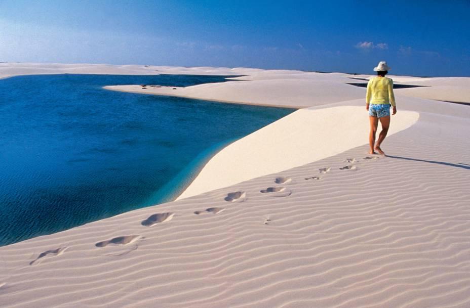 """Num raro processo geológico, a natureza criou, no <a href=""""http://viajeaqui.abril.com.br/estabelecimentos/br-ma-barreirinhas-atracao-parque-nacional-dos-lencois-maranhenses"""" rel=""""Parque Nacional dos Lençóis Maranhenses (MA)"""" target=""""_blank"""">Parque Nacional dos Lençóis Maranhenses (MA)</a>, 155 mil hectares de dunas permeadas por lagoas pluviais de águas transparentes. Na foto, a Lagoa Azul, uma das mais belas do parque"""