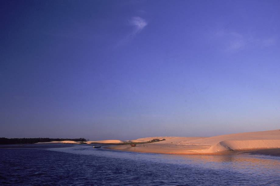 """O <a href=""""http://viajeaqui.abril.com.br/estabelecimentos/br-ma-barreirinhas-atracao-parque-nacional-dos-lencois-maranhenses"""" rel=""""Parque Nacional dos Lençóis Maranhenses"""" target=""""_blank"""">Parque Nacional dos Lençóis Maranhenses (MA)</a>tem formação natural única, originada por raro processo geológico"""