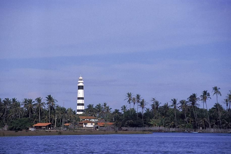 """Do alto do Farol Preguiças, a 35m de altura, a vista de 360º alcança os povoados de Mandacaru, <a href=""""http://viajeaqui.abril.com.br/cidades/br-ma-cabure"""" rel=""""Caburé"""" target=""""_blank"""">Caburé</a> e <a href=""""http://viajeaqui.abril.com.br/cidades/br-ma-atins"""" rel=""""Atins"""" target=""""_blank"""">Atins</a>, o encontro do Rio Preguiças com o mar e parte dos <a href=""""http://viajeaqui.abril.com.br/cidades/br-ma-lencois-maranhenses"""" rel=""""Lençóis Maranhenses"""" target=""""_blank"""">Lençóis Maranhenses</a>"""