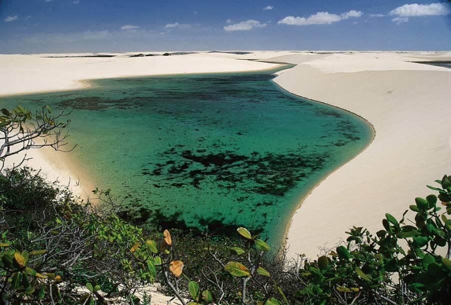 """Lagoas entre as dunas que podem chegar a 40 metros de altura, no <a href=""""http://viajeaqui.abril.com.br/estabelecimentos/br-ma-barreirinhas-atracao-parque-nacional-dos-lencois-maranhenses"""" rel=""""Parque Nacional dos Lençóis Maranhenses"""" target=""""_blank"""">Parque Nacional dos Lençóis Maranhenses</a> (MA)"""