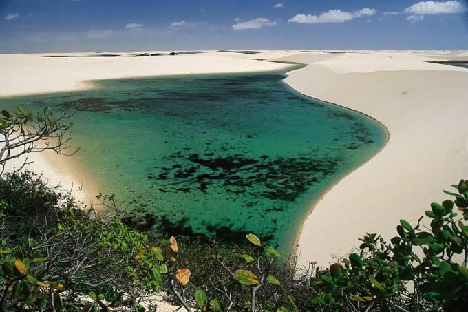 Lagoas entre as dunas que podem chegar a 40m de altura, no Parque Nacional dos Lençóis Maranhenses, Maranhão
