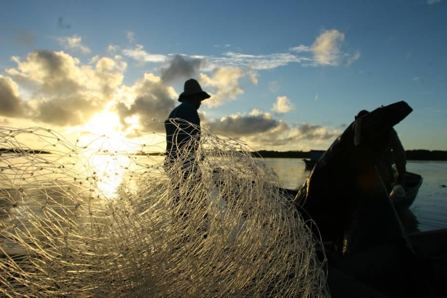 """Pescador no <a href=""""http://viajeaqui.abril.com.br/estabelecimentos/br-ma-barreirinhas-atracao-parque-nacional-dos-lencois-maranhenses"""" rel=""""Parque Nacional dos Lençóis Maranhenses"""" target=""""_blank"""">Parque Nacional dos Lençóis Maranhenses</a>"""