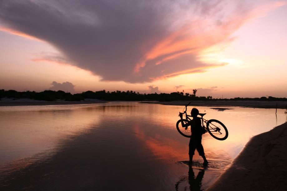 """Lagoa do <a href=""""http://viajeaqui.abril.com.br/estabelecimentos/br-ma-barreirinhas-atracao-parque-nacional-dos-lencois-maranhenses"""" rel=""""Parque Nacional dos Lençóis Maranhenses"""" target=""""_blank"""">Parque Nacional dos Lençóis Maranhenses</a>; a melhor época para visitar o lugar é entremaio e agosto, quando já ocorreram as chuvas e as lagoas intercalam-se com as dunas"""