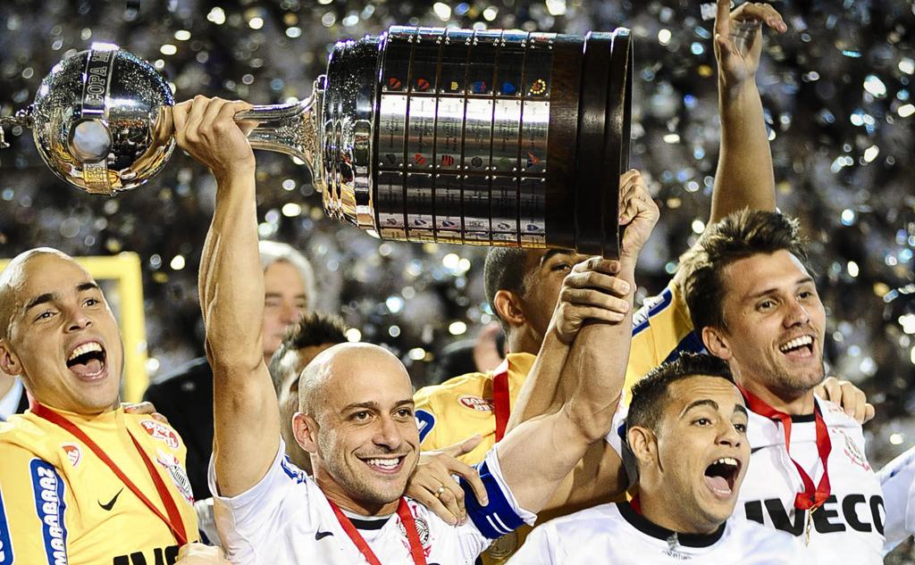 Alessandro, capitão do Corinthians, ergue o troféu da Copa Libertadores 2012
