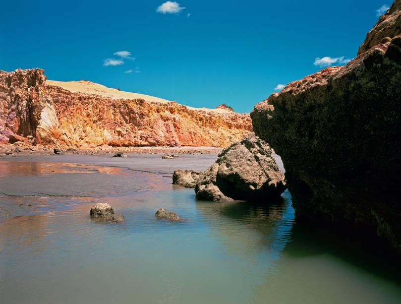 Mar verdinho, falésias avermelhadas, dunas e coqueiros, a praia de Ponta Grossa, Icapuí (CE) tem uma vista bonita e favorável para relaxar