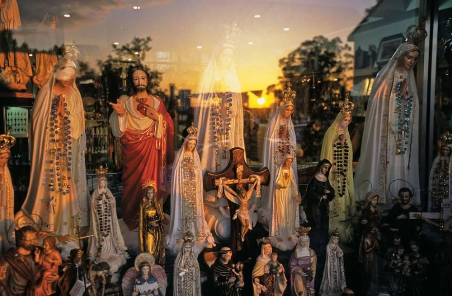 Imagens sacras em loja de Fátima, cidadezinha medieval portuguesa, famosa pelas peregrinações em 13 de maio e de outubro