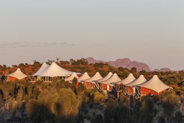 """Outro ângulo do """"acampamento"""", com Kata Jura (a outra formação rochosa do parque) de pano de fundo"""